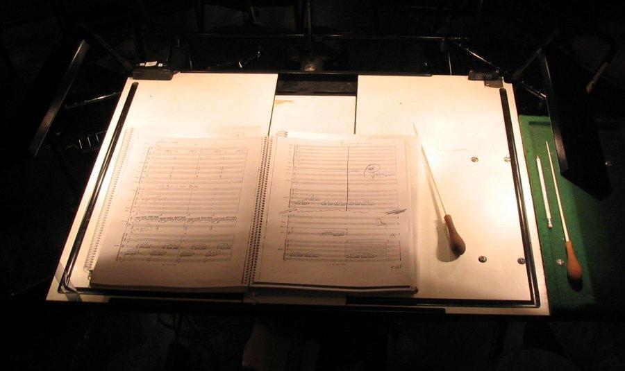 """Hier siehst du eine Partitur und mehrere Taktstöcke. Dinge, die jede*r Dirigent*in braucht. Foto: Lupin, """"Full score"""", CC BY-SA 3.0."""