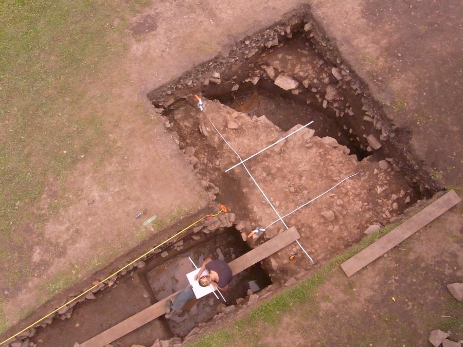 Hier siehst du eine Archäologin, die dabei ist den Befund zu zeichnen. Dabei müssen die Archäolog*innen sehr sorgfältig sein, damit alle Ergebnisse der Grabung festgehalten werden können. Foto: C. Credner, Trier.