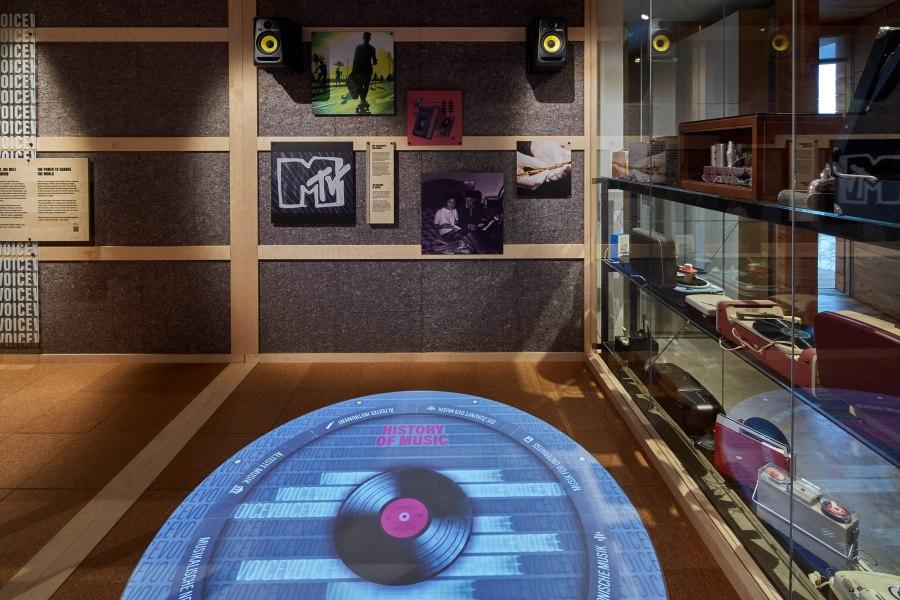 Hier bekommst du einen Einblick in unsere MUSIC-Ausstellung. In der Vitrine sind unterschiedliche Abspielgeräte für Musik ausgestellt. Erkennst du welche davon? Foto: J. Vogel, LVR-LandesMuseum Bonn